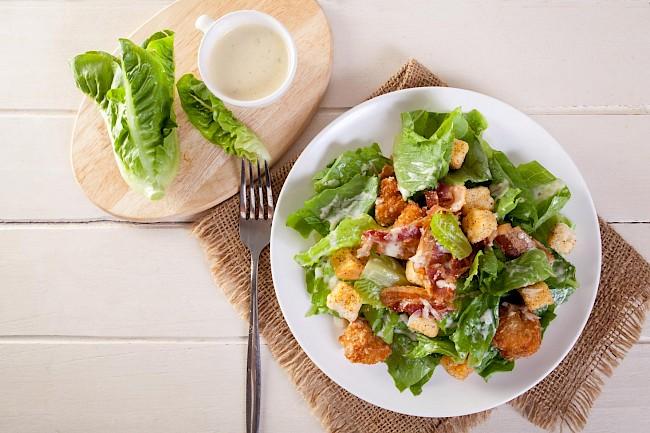 Sałatka Cezar z kurczakiem - kalorie, kcal, ile waży