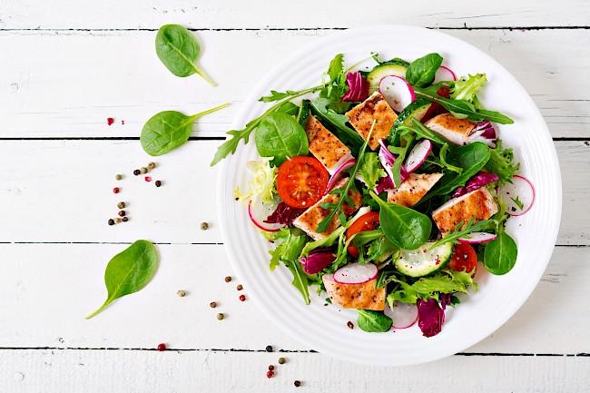 Sałatka z kurczakiem - kalorie, kcal, ile waży