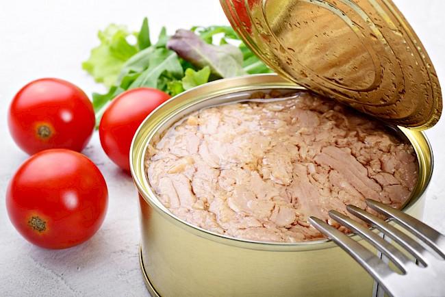 Tuńczyk w sosie własnym - kalorie, kcal, ile waży