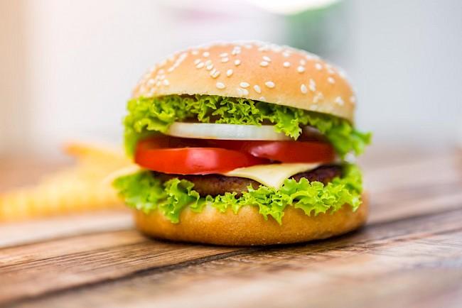 Hamburger - kalorie, kcal, ile waży