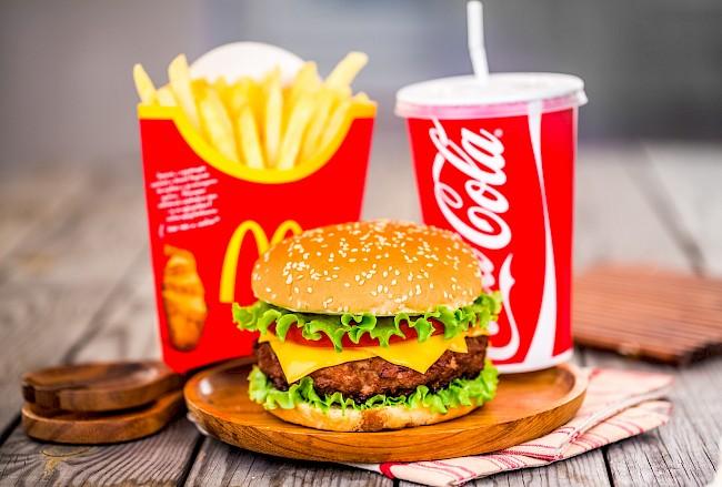 Cheeseburger McDonalds - kalorie, kcal, ile waży